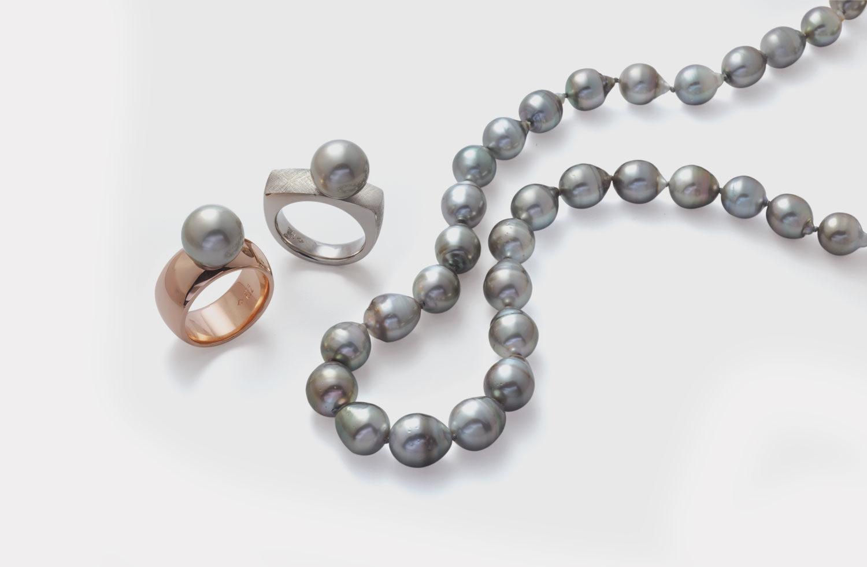 Stücke in Gold mit Perlen