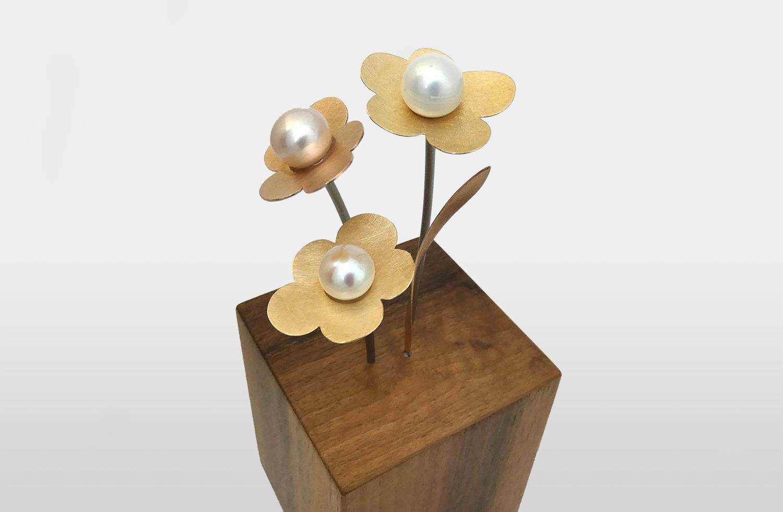 «Ewig Frühling» in Gold und Titan mit Süsswasser-Perlen