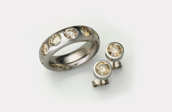 Ring und Ohrschmuck in Gold mit Diamanten