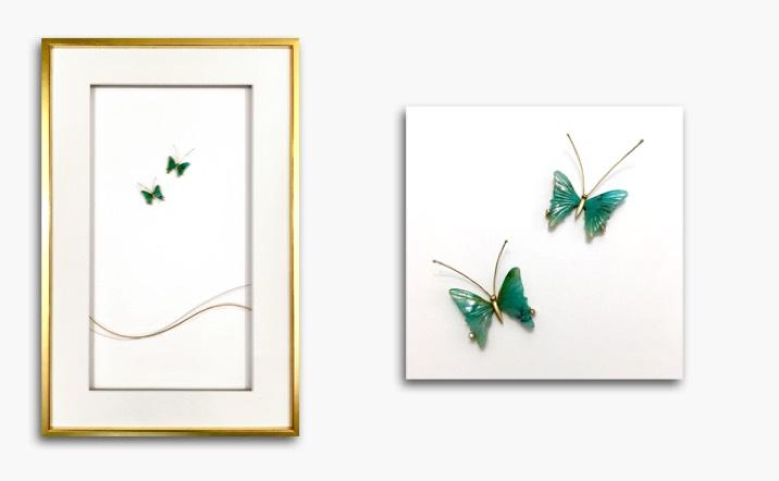 Bild «glückliche Schmetterlinge» in Gelbgold und Weissgold mit geschliffenen Paraiba-Turmalinen und Diamanten, Rahmen blattvergoldet 50x30cm